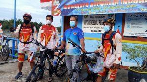 Sebanyak 13 peserta SBC, berangkat dari Dermaga Pelabuhan Melak, Sendawar, Kubar, menggunakan kapal motor angkutan umum di perairan Sungai Mahakam menuju Kota Samarinda, Jumat 13 Agustus 2021. (Foto : Tim Redaksi MP)