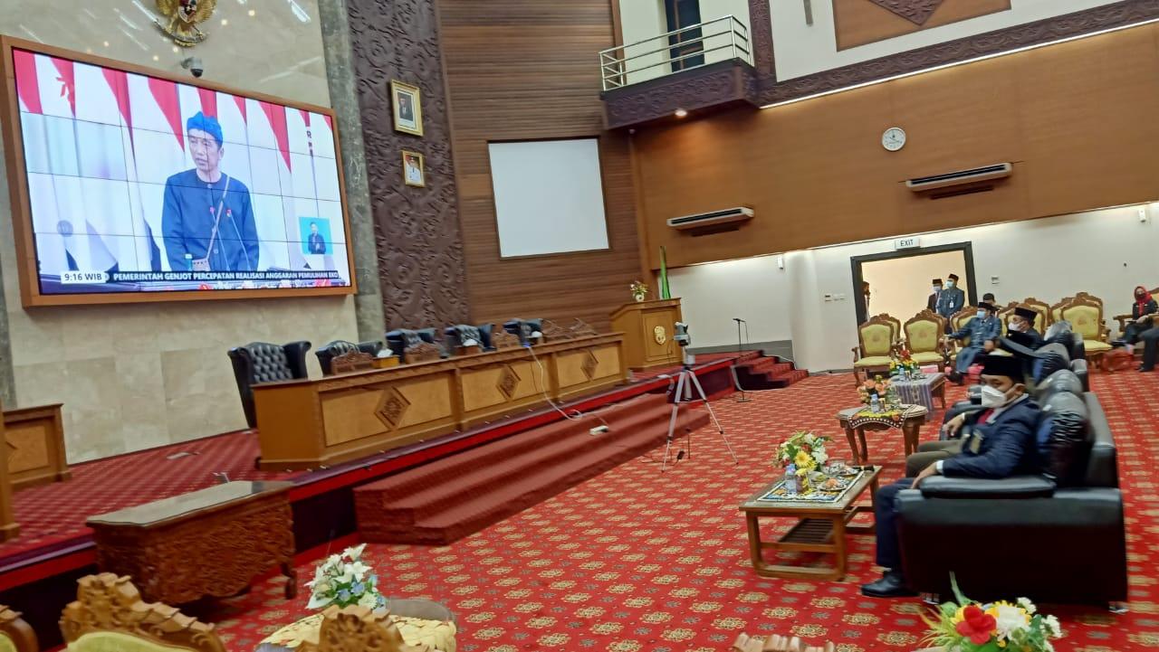 Ketua DPRD Kubar, Ridwai SH, memimpin Rapat Paripurna Istimewa dengan agenda utama mendengarkan pidato Presiden RI, Senin 16 Agustus 2021. (Foto :Tim Redaksi MP).