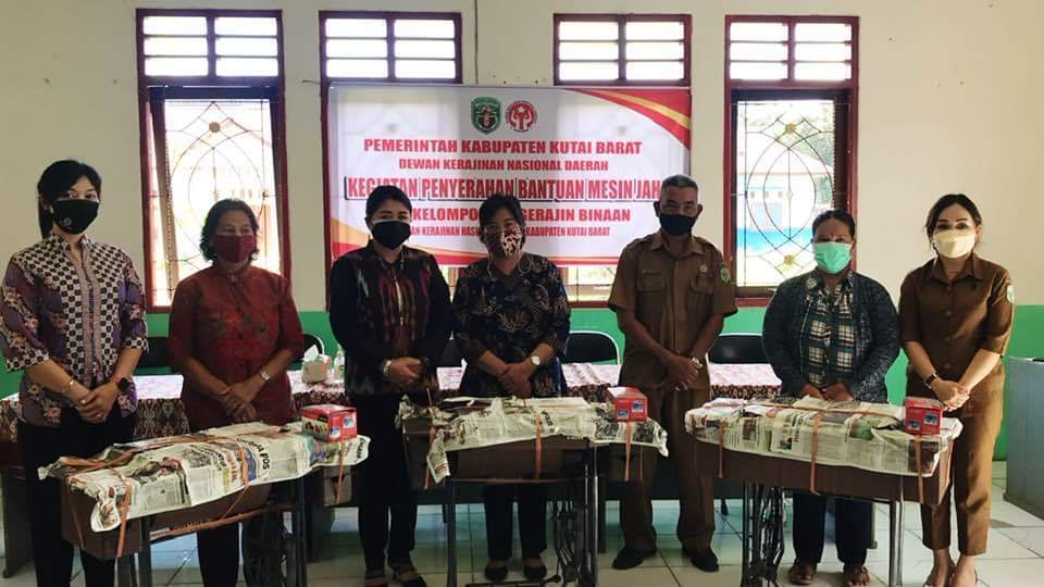 Keterangan Foto : Ketua Dekranasda Kubar, Yayuk Seri Rahyu Yapan (ketiga dari kiri), menyerahkan bantuan mesin jahit kepada kelompok pengrajin binaan di 5 kecamatan di Kubar, Kamis 26 Agustus 2021. (Foto : Istimewa).