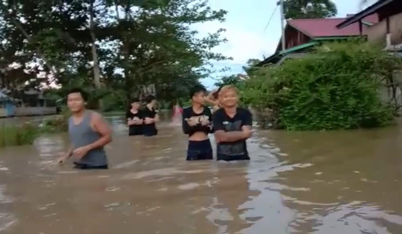 Keterangan Foto :  Sungai Mahakam meluap, banjir merendam Kampung Tering Lama, Kecamatan Tering, sejak Sabtu, 4 September 2021. (Foto : Petinggi Tering Lama/Feromensius Liah/Dok. Mahakam Pos).