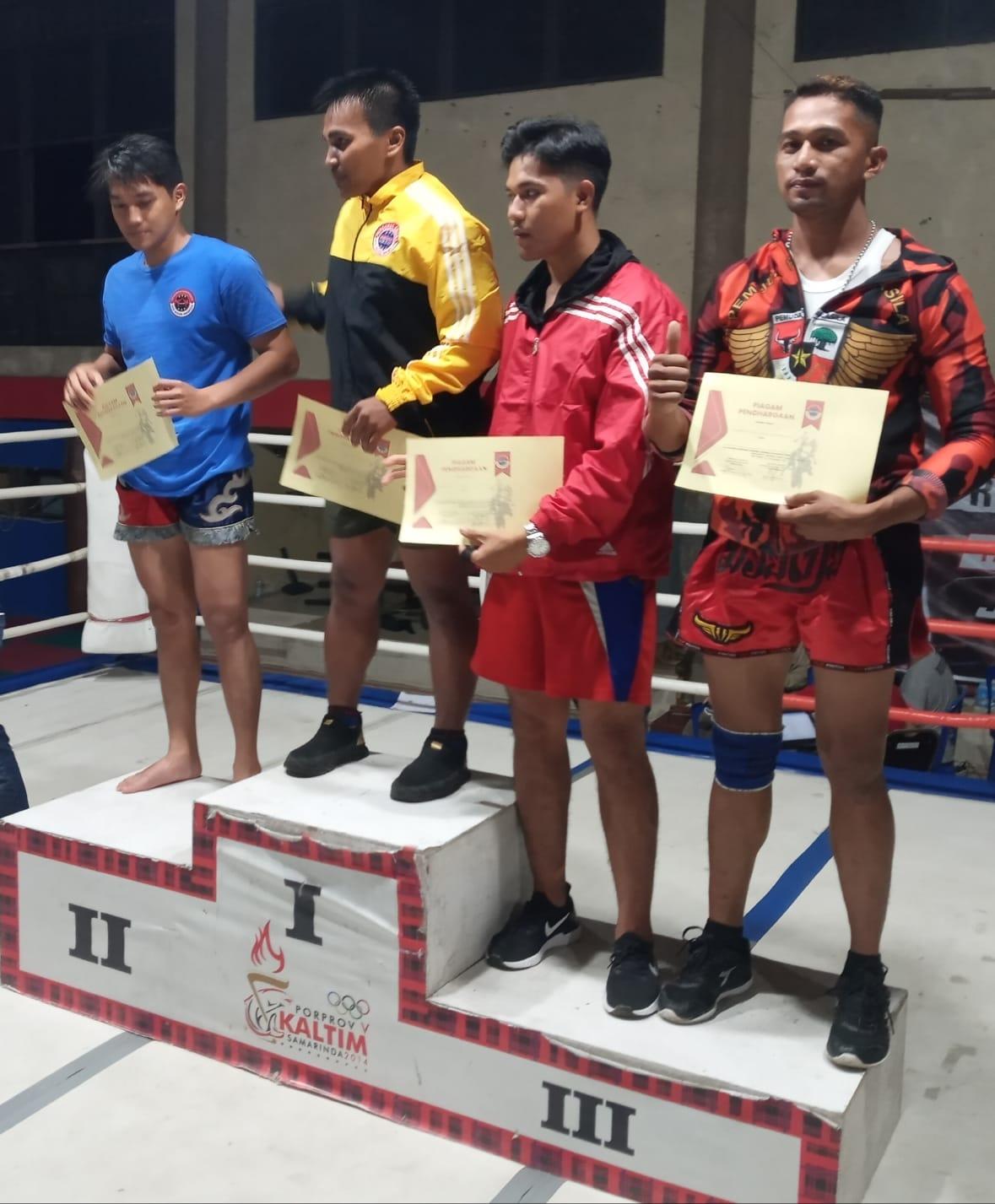 Salah satu atlet Kick Boxing Kubar yang menjadi juara 1 (jaket kuning) dalam Kejurprov di Gedung Beladiri Behempas, Stadion Segiri, Samarinda, 3-5 September 2021.(Foto-foto : Dok.Widodo S/Mahakam Pos)