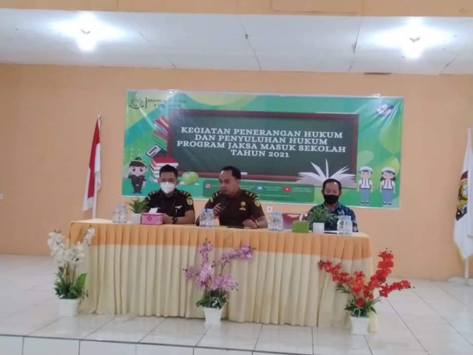 Keterangan Foto : Tim JMS Kejari Kubar, memberi penyuluhan hukum di SMAN 1 Sendawar, Kelurahan Melak Ulu, Kecamatan Melak, Selasa 21 September 2021. (Foto : Dok. Kejari Kubar)