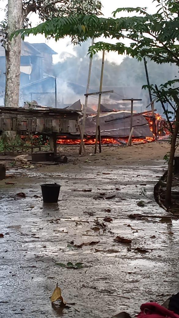 Keterangan Foto : Kebakaran besar di RT.02  Kampung Sembuan, Kecamatan Nyuatan, Kubar, Minggu 26 September 2021, menyisakan puing-puing 10 rumah warga jadi arang dan abu. (Foto-foto : Susilo/Dok.Mahakam Pos)