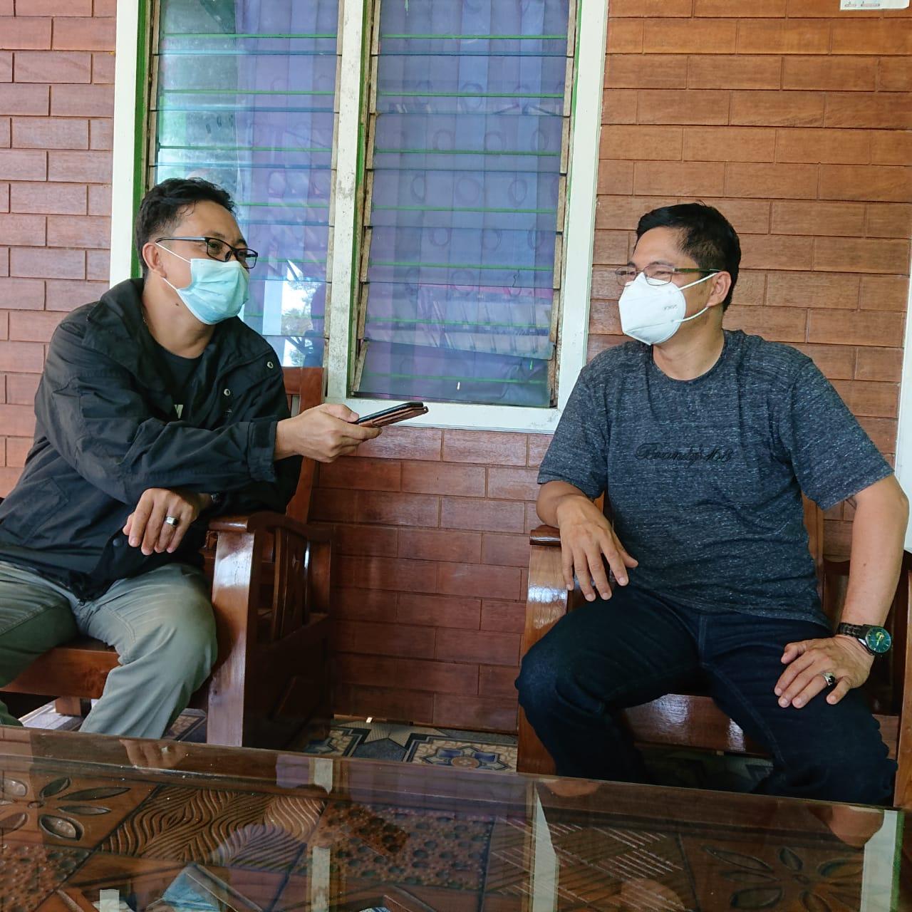 Keterangan Foto : Petinggi Kampung Muara Asa, Eliyakim (kanan), dalam wawancara dengan Mahakampos.com di kediamannya, Kampung Muara Asa, Sabtu 25 September 202. (Foto : Dok.Mahakam Pos).