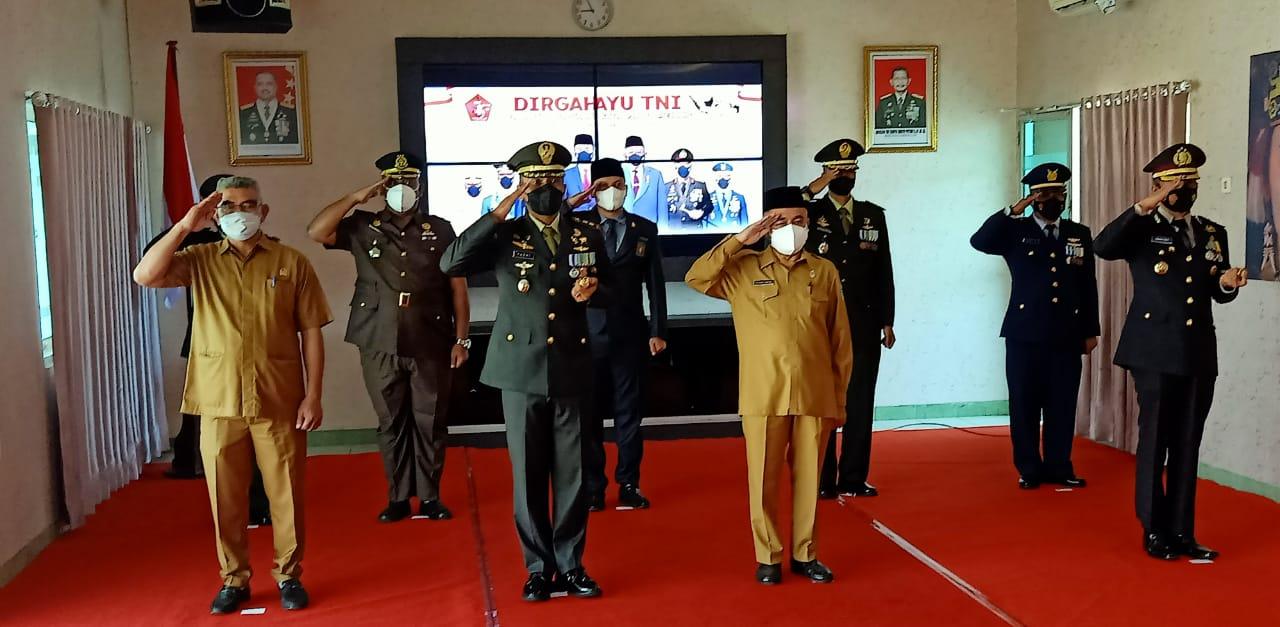 Keterangan Foto : Dandim 0912 Kubar, Letkol Kav Yudhi Prasetyo Purnomo, bersama Wabup Kubar, H.Edyanto Arkan, Wakil Ketua I DPRD Kubar, H. Syaiful Acong, dan sejumlah Kepala Forkopimda Kubar, mengikuti secara virtual Upacara HUT ke-76 TNI, dan mendengarkan pidato Presiden Jokowi, Selasa 5 Oktobner 2021. (Foto-foto :Tim Redaksi Mahakam Pos).