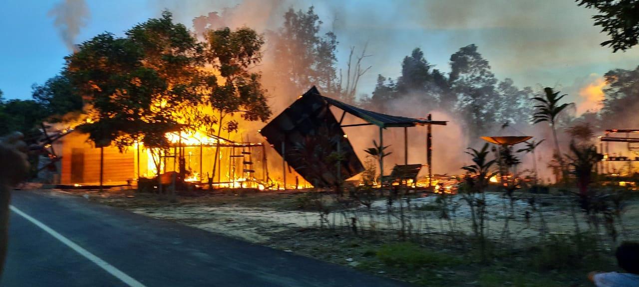 Keterangan Foto : Kebakaran di Kampung Mendika, Kecamatan Damai, Kabupaten Kubar, Sabtu 9 Oktober 2021, sekitar pukul 17.40 Wita. (Foto :Istimewa)