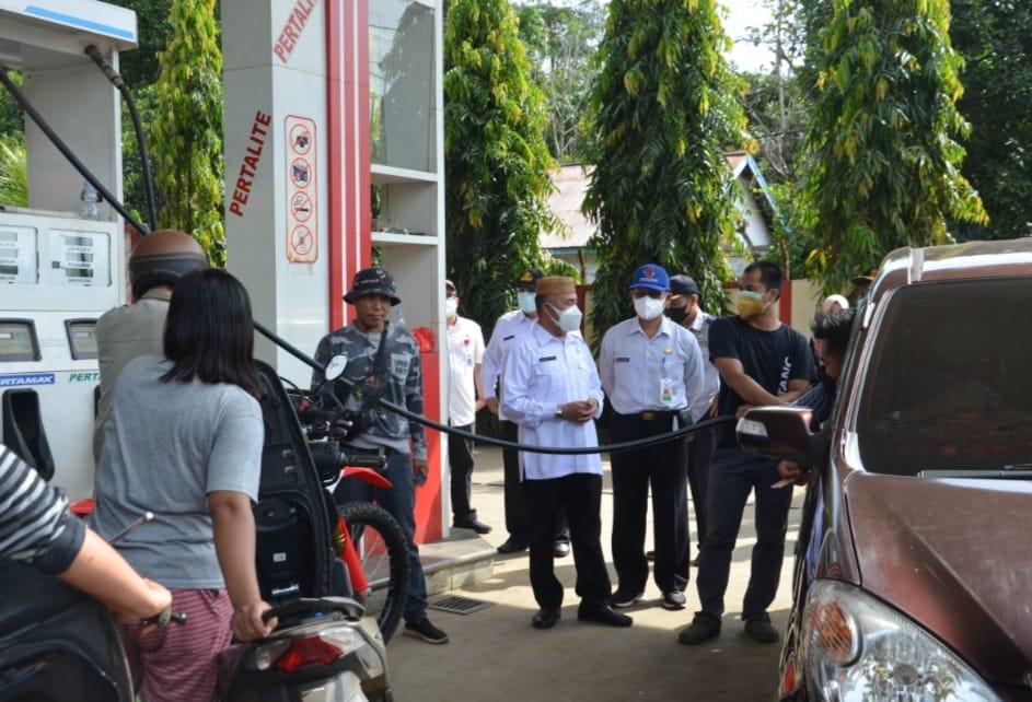 Keterangan Foto : Wabup H Edyanto Arkan didampingi Sekkab, Ayonius, memantau ketersediaan BBM dibeberapa SPBU dan APMS dalam Kota Sendawar, Rabu 13 Oktober 2021.(Foto :hms)