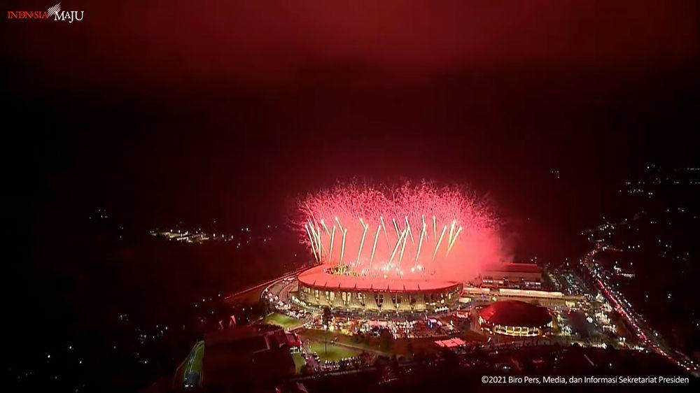 Momen ini ditandai dengan gemerlap kembang api.(Tangkapan Layar Youtube Biro Pers Kepresidenan RI)